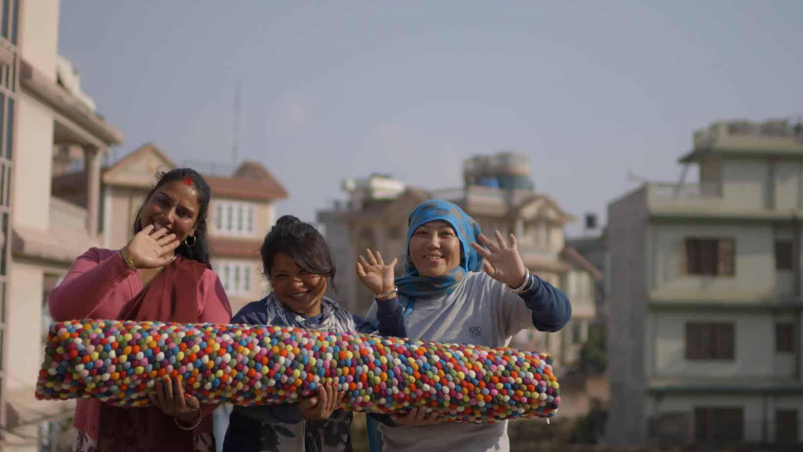 femme et tapis sukhi nepal
