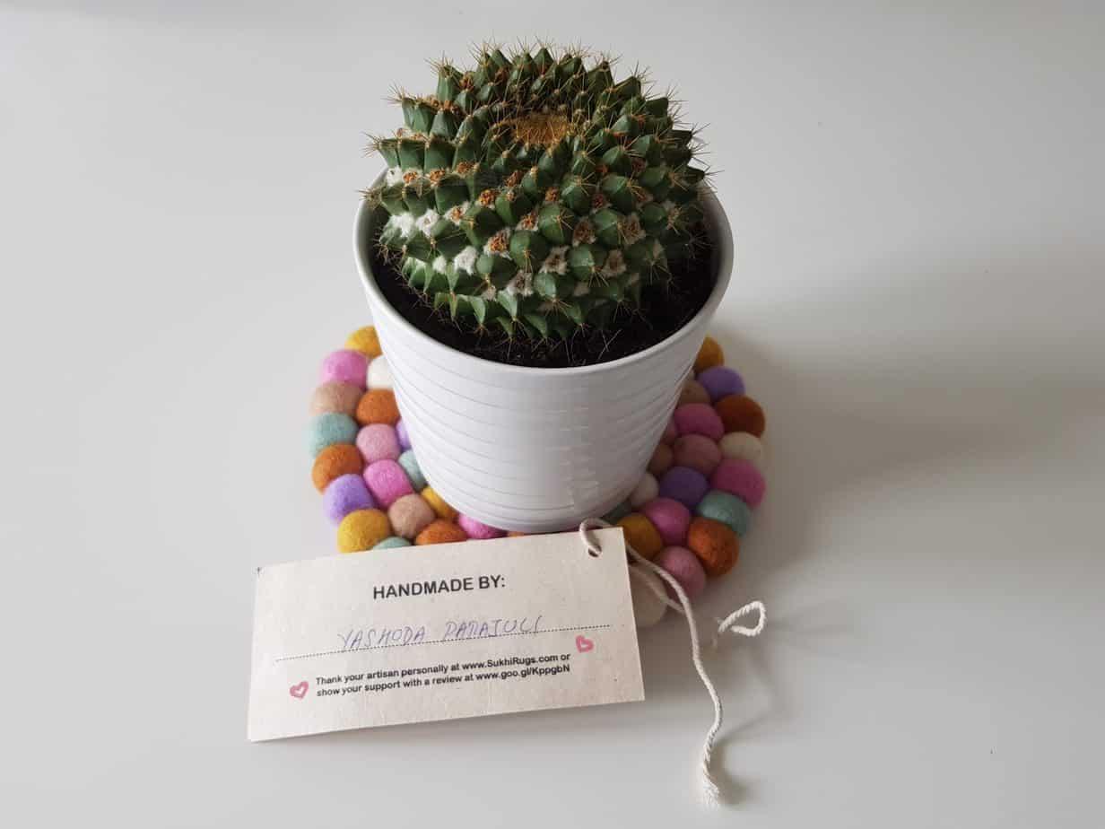 dessous de plat boule de feutre sukhi etiquette et cactus 2048x1536 - Sukhi, une marque de tapis équitable et tendance