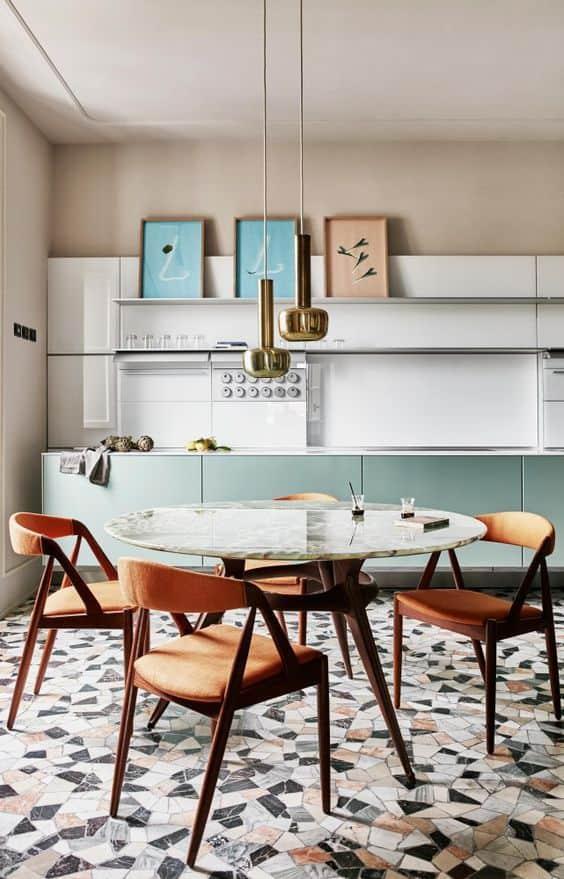 table ronde dans cuisine vintage
