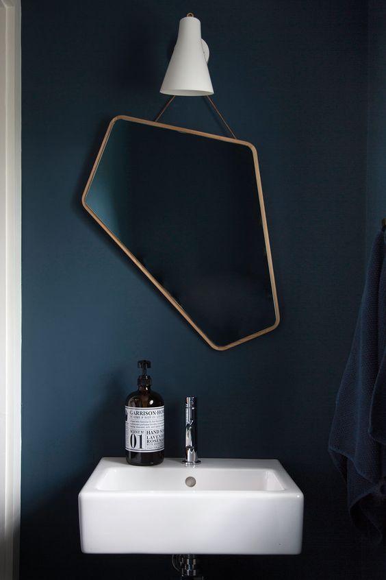 un miroir asymetrique dans une salle de bain deco