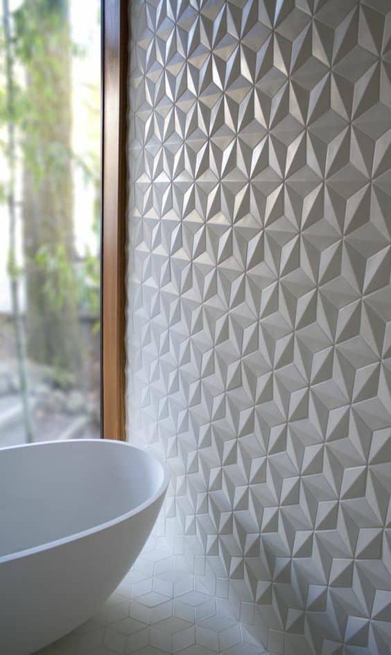 une salle de bain avec mur a relief