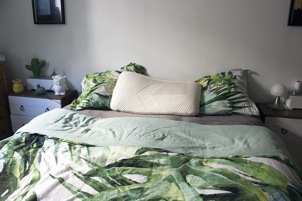 lit et chambre avec un oreiller kipli