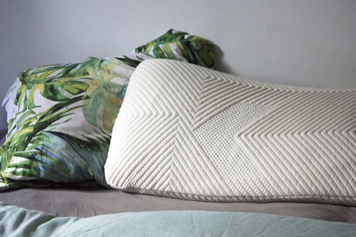 un oreiller kipli sur un lit