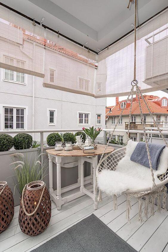 balcon avec une décoration romantique et bohème