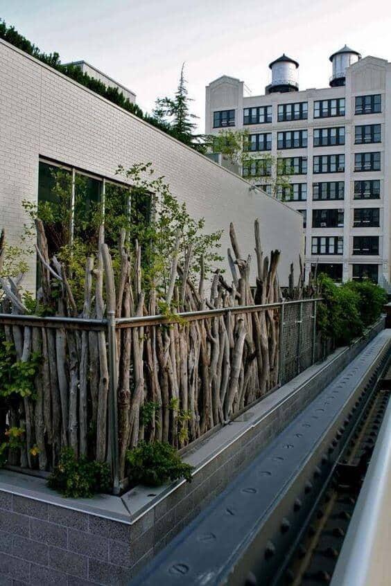 balcon palissé avec des branches