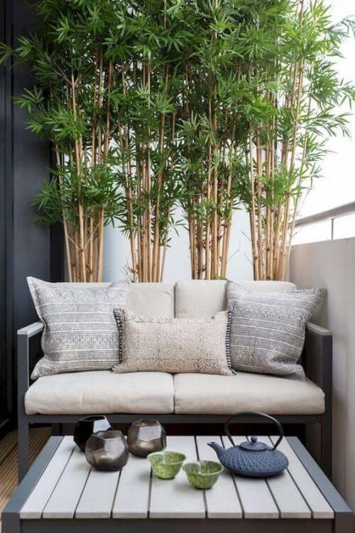 Astuces pour cachette vis a vis du balcon Canapé et table basse sur un balcon avec des bambous