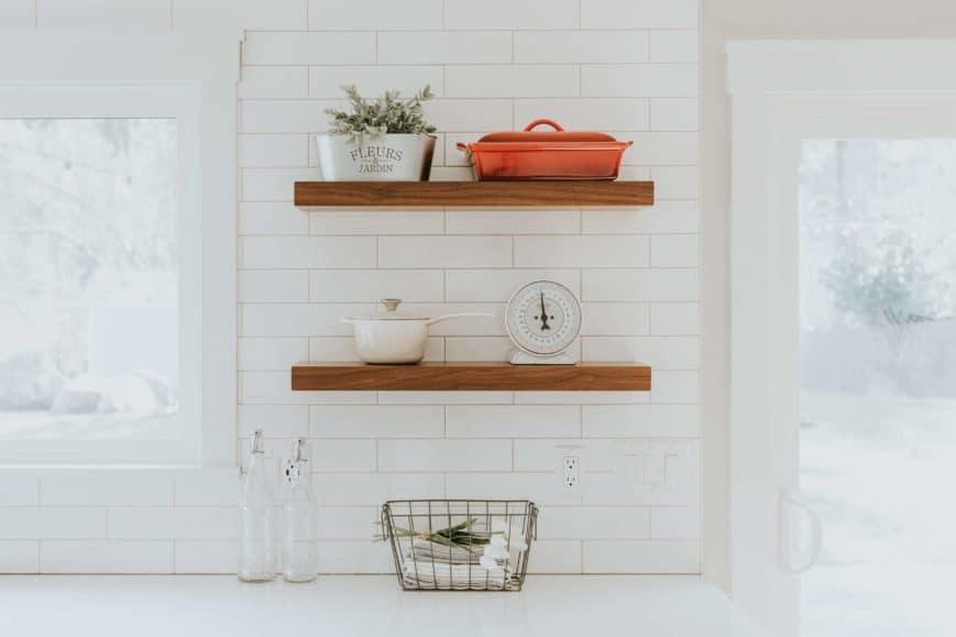 étagère en bois sur mur en carrelage métro blanc