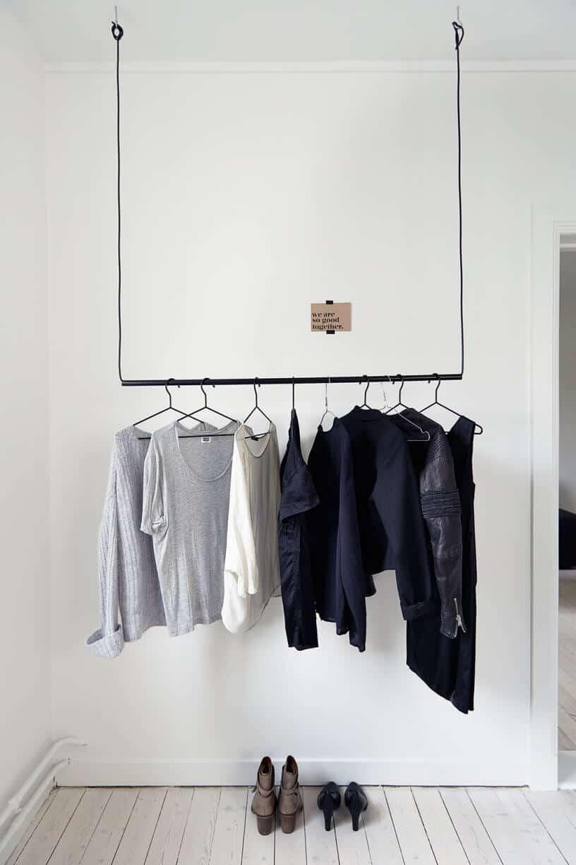 dressing suspendu dans une chambre à la deco blanche