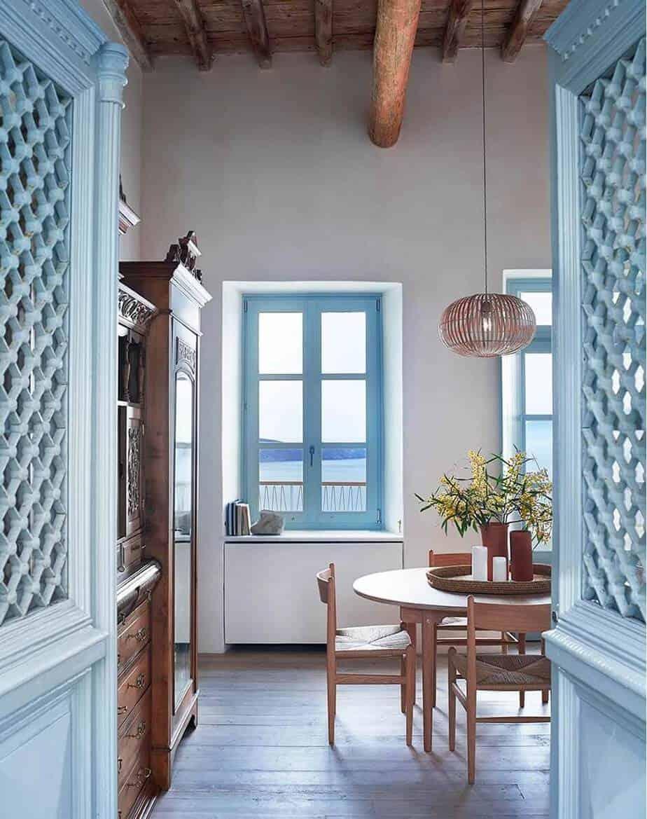 une salle a manger avec mobilier en bois et porte bleue - Réussir une décoration d'inspiration grecque
