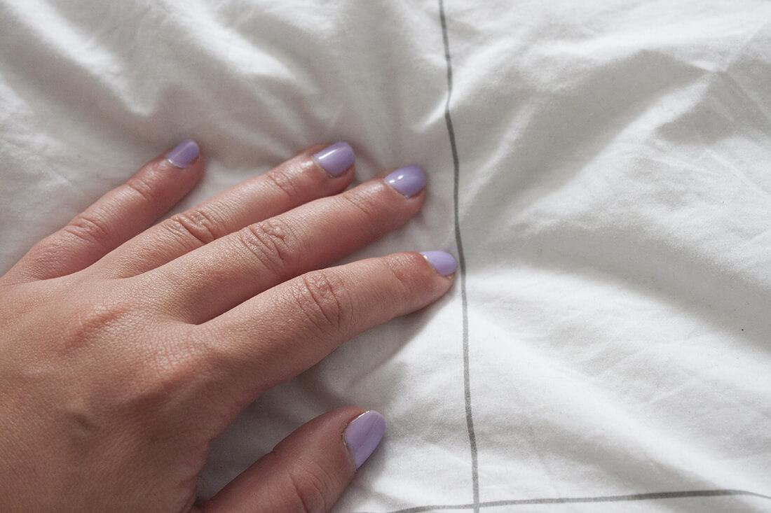 main sur linge de lit greige  - Le linge de lit français et éco-responsable Greige