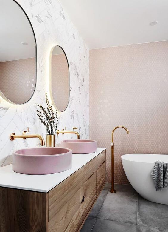 salle de bains rose avec mobilier en bois exotique  - Choisir les meubles de la salle de bains