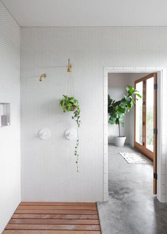 une douche à litalienne design blanche avec receveur en bois  - La recette pour une douche à l'italienne réussie