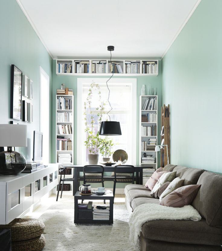Narrow living room with desk and bookshelves at the window - Comment aménager un séjour tout en longueur ?