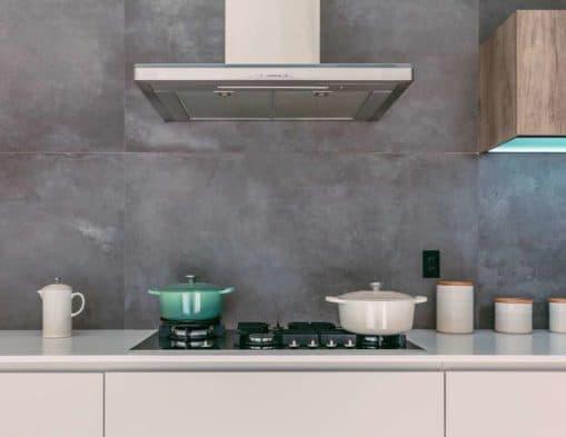 cropped le creuset 04rqqMN x7Q unsplash 2 509x393 - Aménager une cuisine dans une pièce étroite