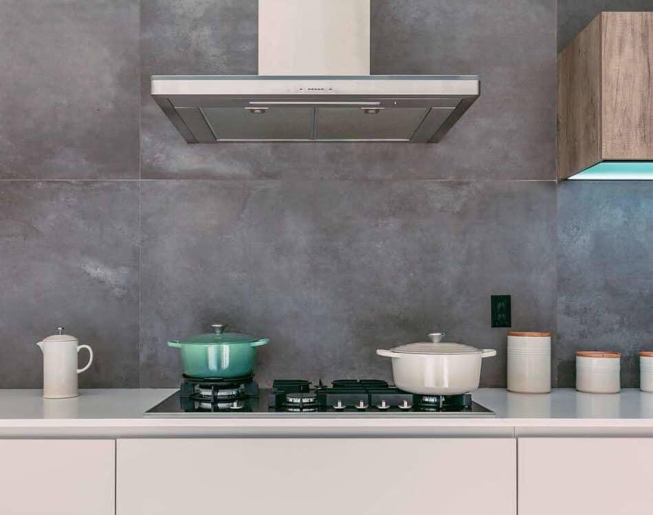 cropped le creuset 04rqqMN x7Q unsplash 2 950x749 - Aménager une cuisine dans une pièce étroite