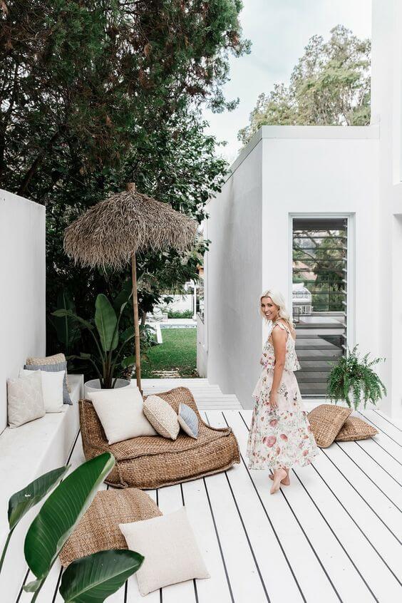 terrasse avec revêtement de sol en bois repeint en blanc  - Quel matériau pour ma terrasse choisir ?