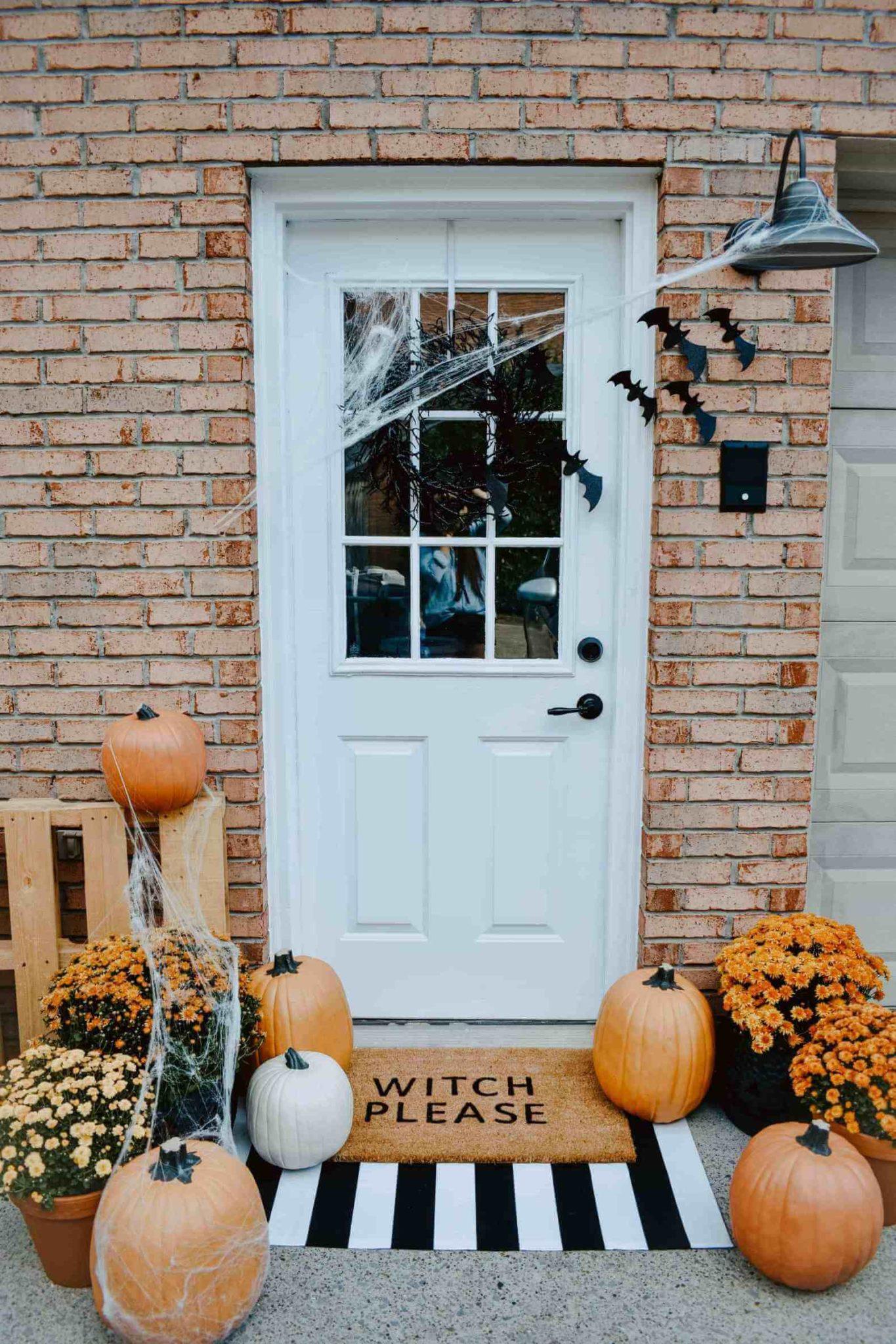deco de porte pour halloween avec toile daraignée citrouille chauve souris et tapis  1365x2048 - 12 idées pour décorer la porte à Halloween