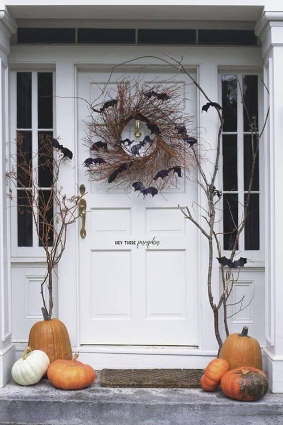 deco porte halloween avec chauve souris et citrouille  - 12 idées pour décorer la porte à Halloween