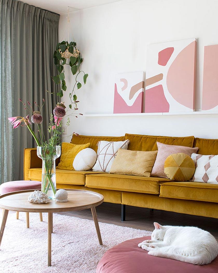 déco jaune moutarde et rose dans un salon au style bresilien - La déco du Brésil : un style tropical mêlé à une ambiance bohème