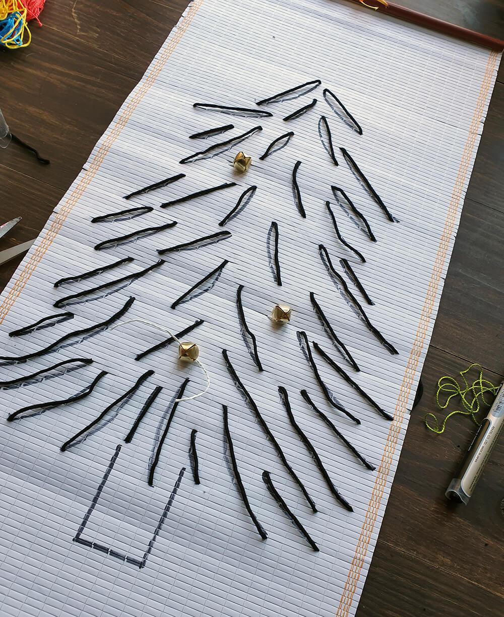Installation de grelots sur le sapin zero dechet - DIY Noël : comment fabriquer un sapin zéro déchet ?
