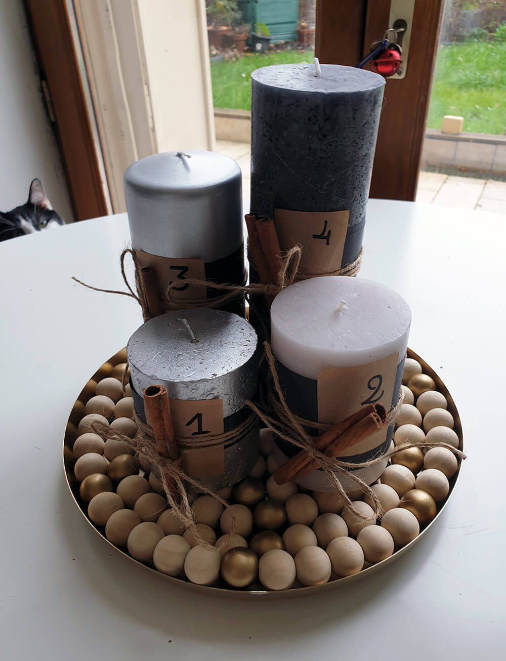 couronne de lavent fabriquée à la main avec bougie noire et grise - Fabriquer une couronne de l'Avent zéro déchet