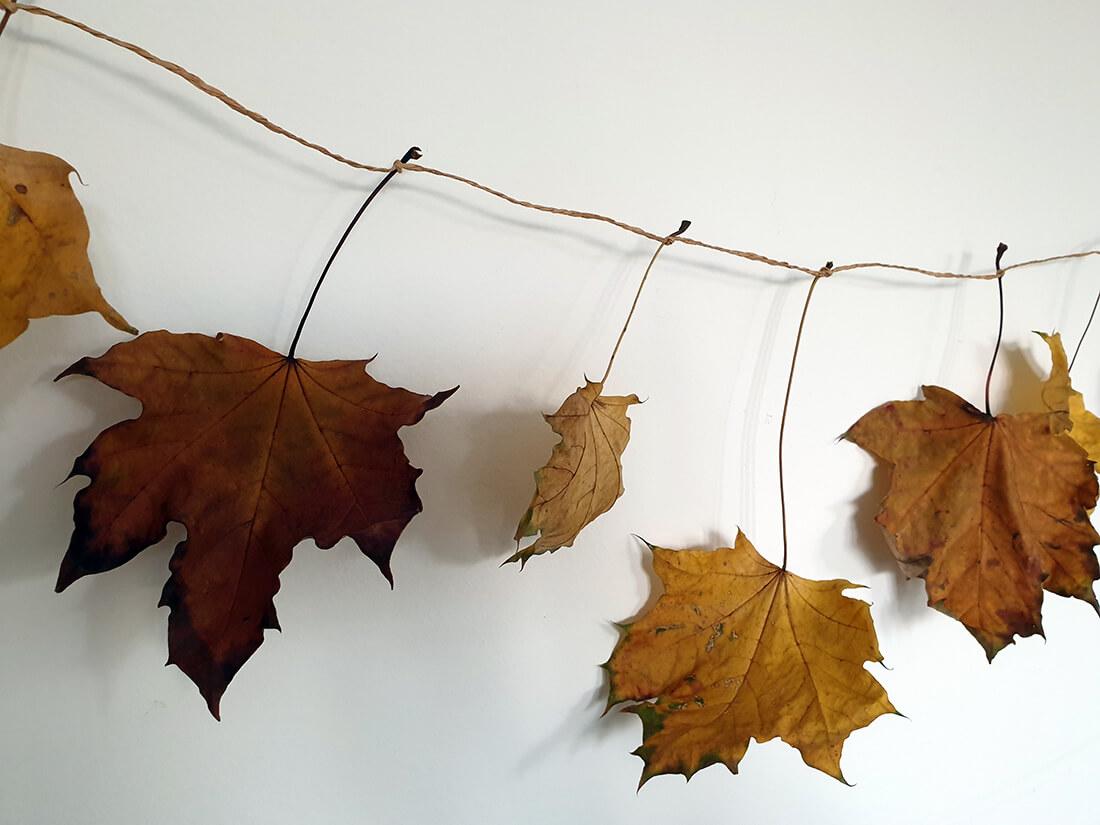 guirlande de noel fait a la main avec des feuilles mortes - Comment adopter la guirlande de Noël zéro déchet ?