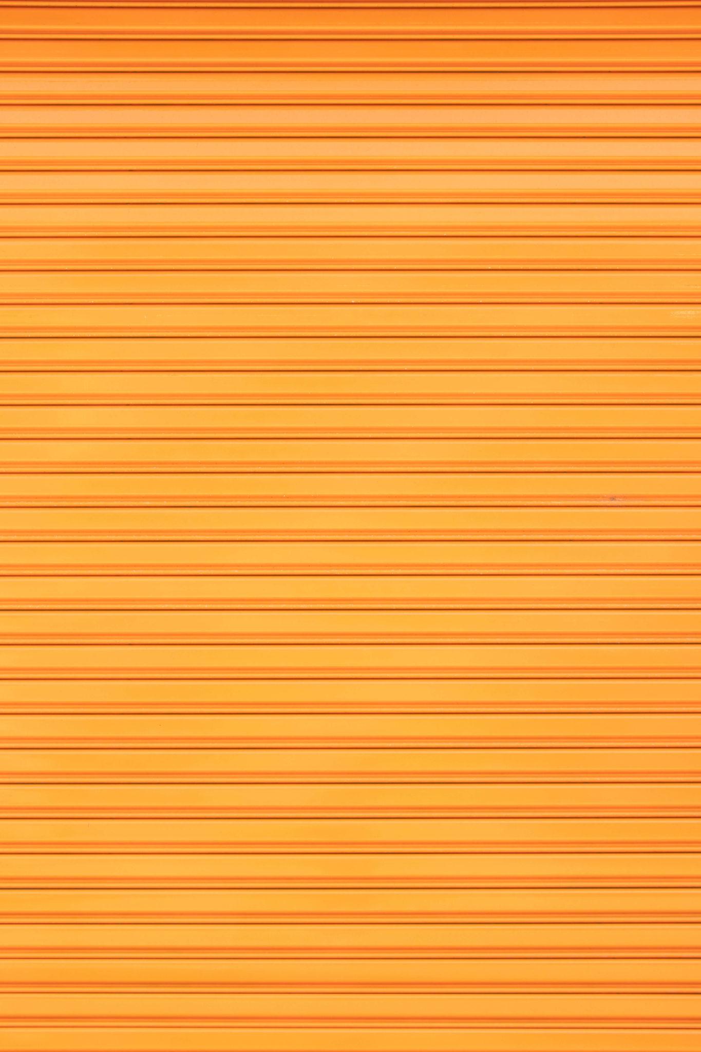 Un volet roulant orange 1365x2048 - Focus sur le volet roulant avec RueDuVolet