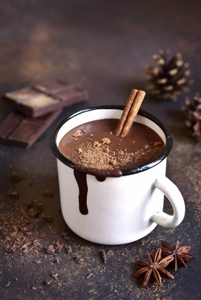 Une tasse de chocolat chaud pour une ambiance ressourçante - Comment créer une ambiance ressourçante à la maison en hiver ?