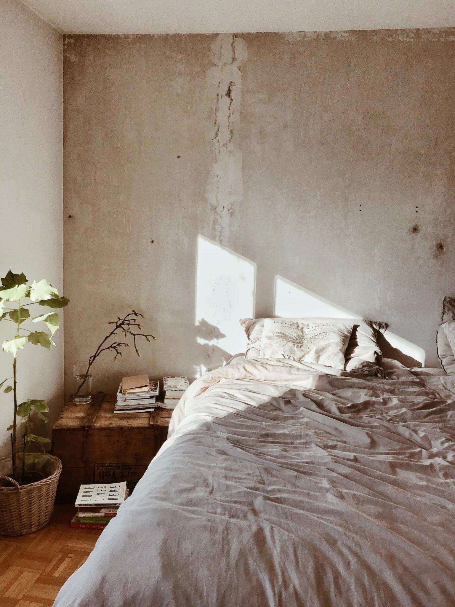 une chambre à la déco cocooning pour une ambiance ressourcante 1536x2048 - Comment créer une ambiance ressourçante à la maison en hiver ?